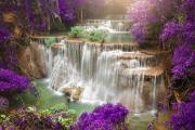 Schöner Wasserfall im Herbstwald, tiefer Waldwasserfall, Provinz Kanchanaburi, Thailand Duschrückwand