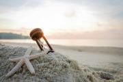 Sanduhr auf einer Sanddüne Strand, Konzept für Urlaub Countdown  Duschrueckwand